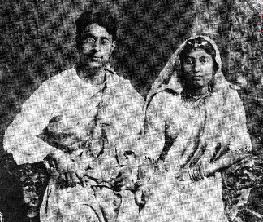Sukumar Ray avec sa femme Suprabha Ray, les parents de Satyajit, dans un studio (1914).
