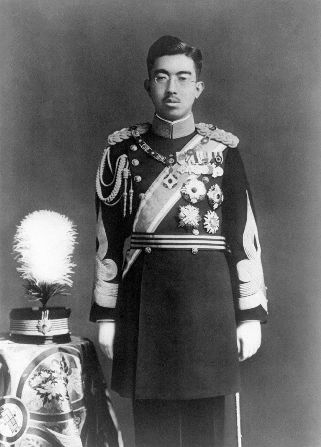 Hirohito en uniforme.