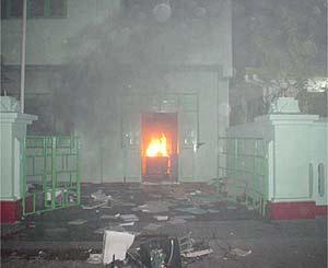 Le bâtiment du vieux parlement en feu.