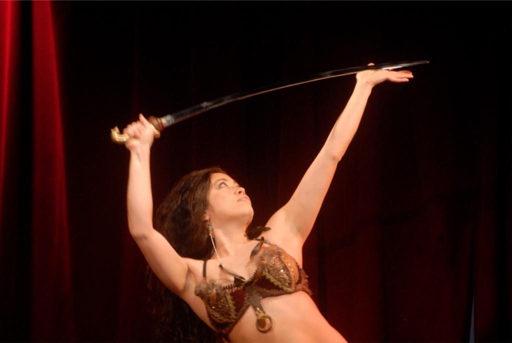 Marina Salanga dansant avec un sabre.
