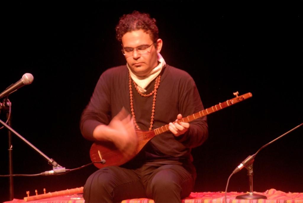 Pooria Pournazeri jouant du tanbur.