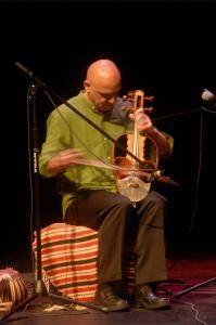 Saeed Kamjoo jouant du gheychak.