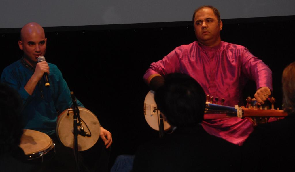 Le percussionniste de talent Ziya Tabassian et le virtuose du sarod Aditya Verma.