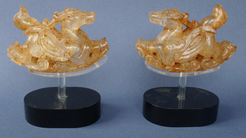 Cette paire de chimères ailées date de la dynastie Liao, X-XIe siècle. En cristal de roche, elles font partie des trésors de cristal de roche et d'or présentés dans l'exposition, véritables merveilles dignes de familles princières.