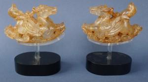 Cette paire de chimères ailées date de la dynastie Liao, 10-11e siècle. En cristal de roche, elles font partie des trésors de cristal de roche et d'or présentés dans l'exposition, véritables merveilles dignes de familles princières.