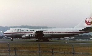 Photograph of JA8119, the Boeing 747-SR46 involved in Japan Airlines Flight 123, landing at Osaka International Airport (Itami).