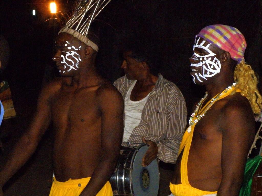 Danseurs traditionnels sidis à Devaliya Naka Sasan Gir, dans le Gujarat.