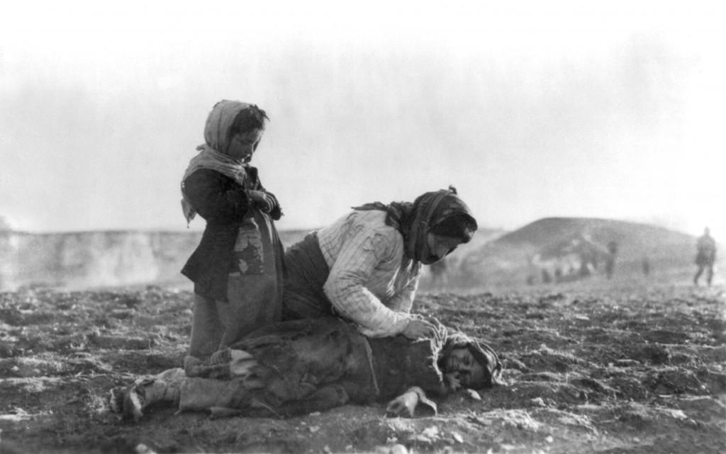 Une Arménienne agenouillée près de son enfant mort à Alepppo (actuelle Syrie).