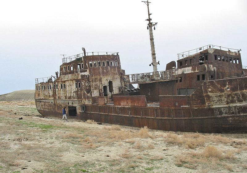 Deux bateaux abandonnées là ou se situait la mer d'Aral, au Kazakhstan.