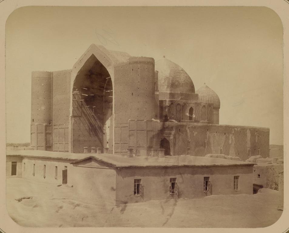 Cette photographie du mausolée de Khoja Ahmed Yasawi, dans la ville de Turkestan (auparavant Yasi, ancienne capitale du Kazakhstan), provient de l' Album du Turkestan, l'une des sources les plus riches d'information visuelle sur les monuments culturels d'Asie centrale au XIXe siècle
