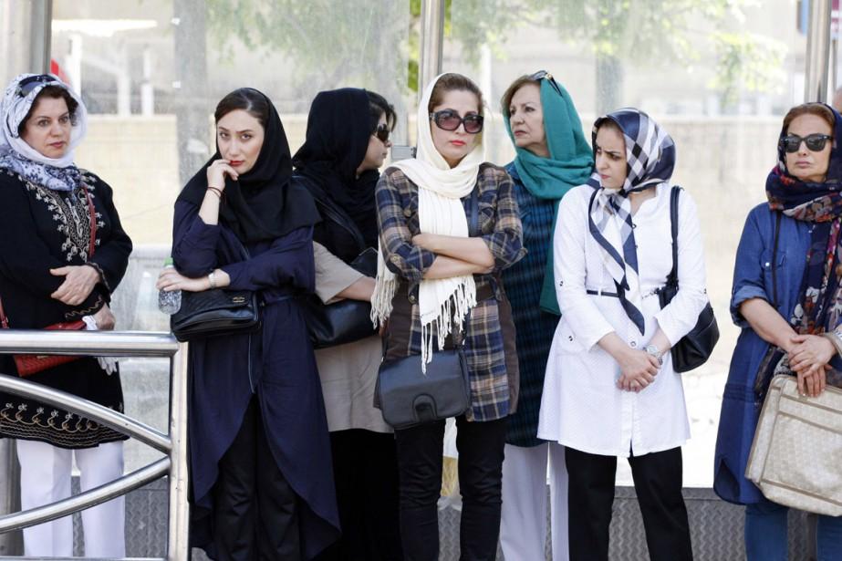 Femmes attendent l'autobus à Téhéran