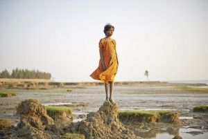 Une jeune fille sur les vestige de son île.