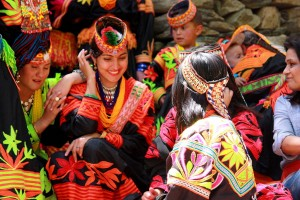 Femmes kalash en costume traditionnel.