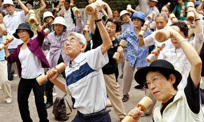 La population de centenaires au Japon pourrait presque remplir le Stade de France.