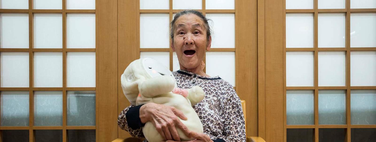 Séance de thérapie relationnelle avec le robot Smiby dans une maison de retraite.