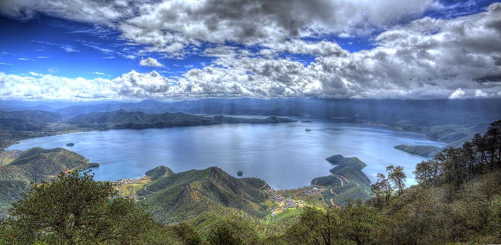 Le lac Lugu, à cheval sur le Sichuan et le Yunnan (photo prise de la montagne du Lion).