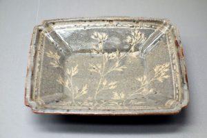 Plat carré de type Nezumi-Shino avec des herbes d'automne (Tokyo National Museum).