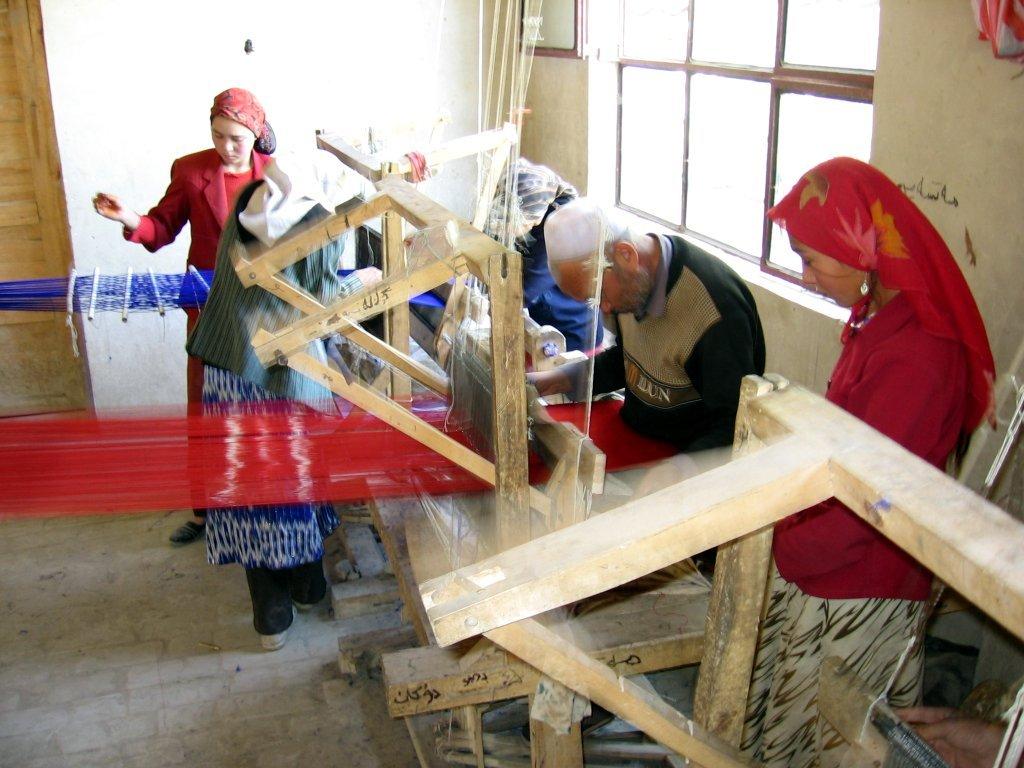 Atelier traditionnel de fabrication de soie atlas à Khotan (Région autonome ouïgoure de Xinjiang).