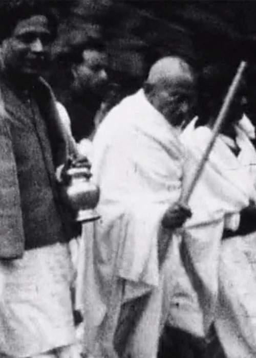 Gandhi lors de la marche de Noakhali.