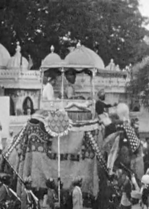 Le prince de Kutch montant un éléphant couvert d'ornements.