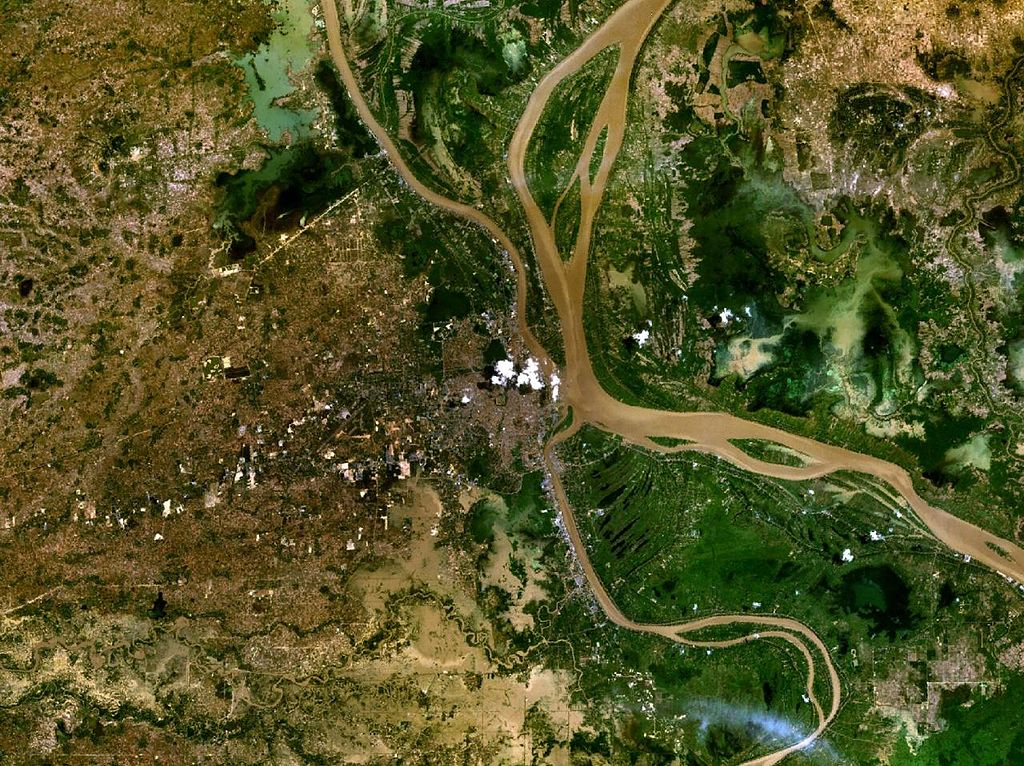 Photo satellite de Phnom Penh. On remarques les quatre cours d'eau qui la borde.