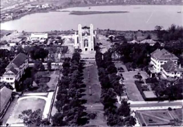 La cathédrale de Phnom Penh, avec le lycée français à gauche et Le Royal à droite.