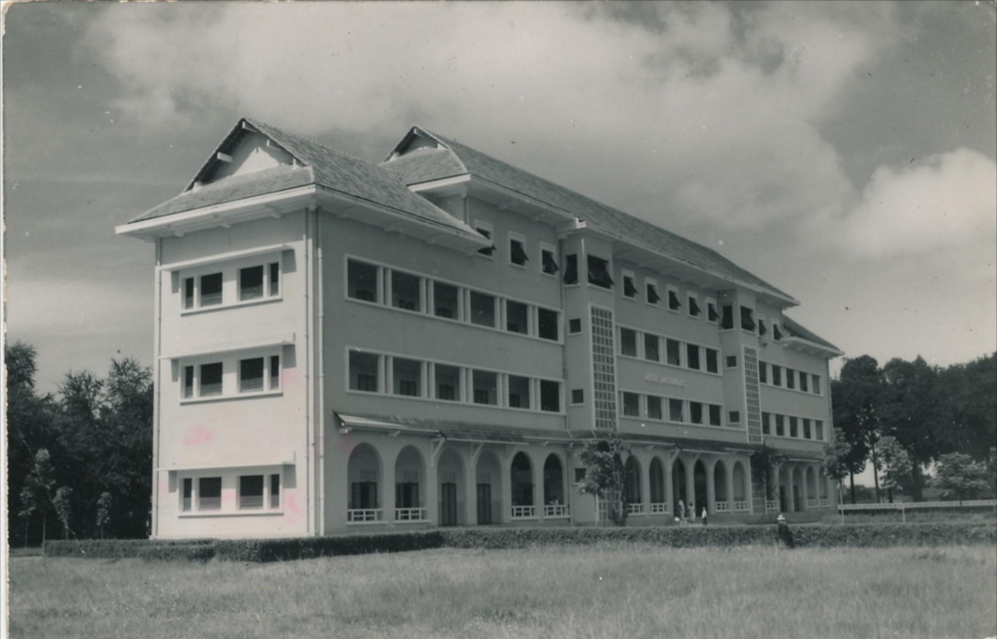 Le lycée Descartes en 1951, après sa construction.