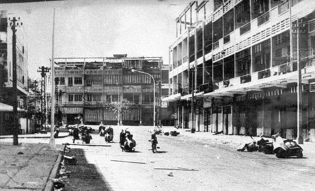 Une rue fantôme de Phnom Penh en 1979.