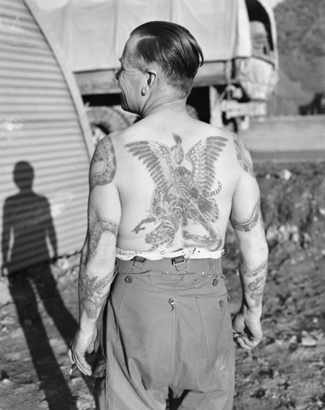 Un militaire australien photographié en Corée du Sud en décembre 1953. Il s'est fait tatouer dans plusieurs pays: Égypte, Angleterre, Hong Kong, Inde et Japon.