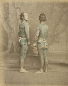 Japonais tatoués vers 1870. Photo de Felice Beato colorisée à la main.